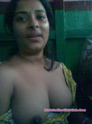 Sexy young desi married girl remove her saree and showing her naked body to her lover