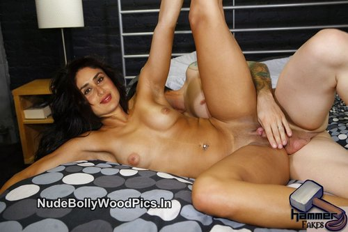 Kareena Kapoor Nude Lifting her Legs & Get Fucked in Pussy [Fake]